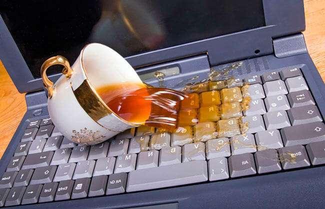 Залили ноутбук, не включається – що робити?